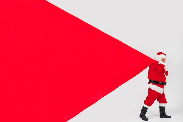 サンタクロースは巨大な袋を引っ張る