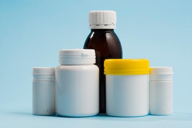 丸薬のための様々なプラスチックボトル