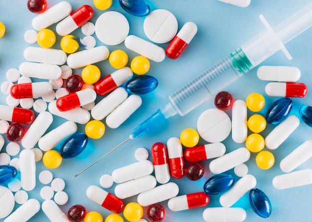 カラフルな丸薬と注射器