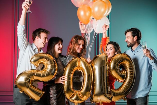 Друзья наслаждаются вечеринкой в новом году