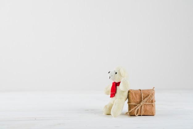 テーブルに白いクマと小さなギフトボックス