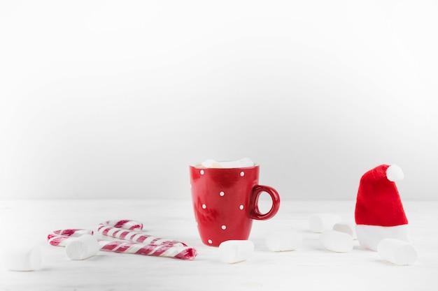 暖かい飲み物とマシュマロの冬の構成