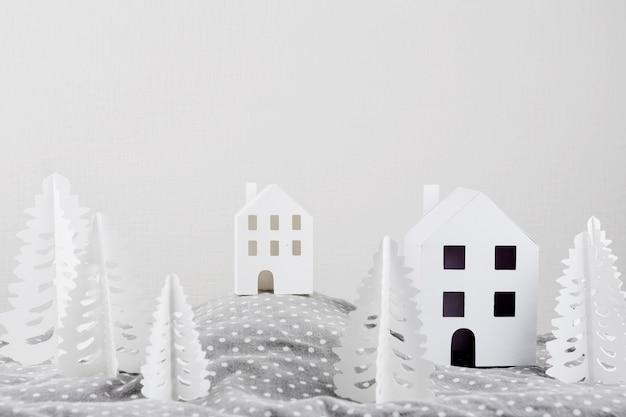 建物のある紙の森