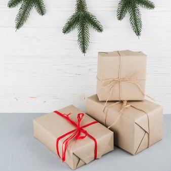 Праздничные коробки, завернутые в крафт-бумагу