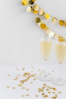 テーブル上のスパンコール付きシャンペンのメガネ