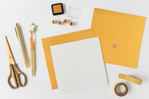 テーブルに封筒を入れた小さな紙