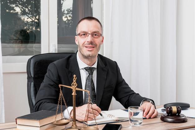 Адвокат, сидящий