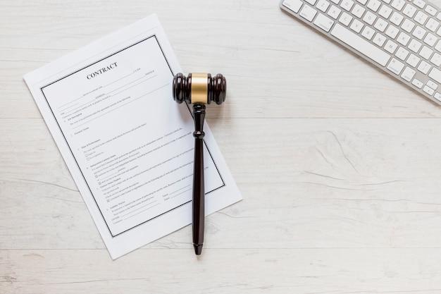 弁護士の机