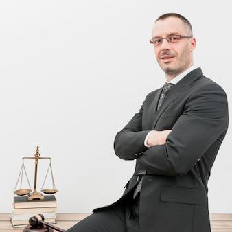 Адвокат сидит