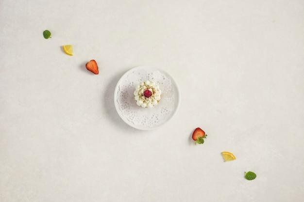 果物のラインに囲まれたプレートのカップケーキ