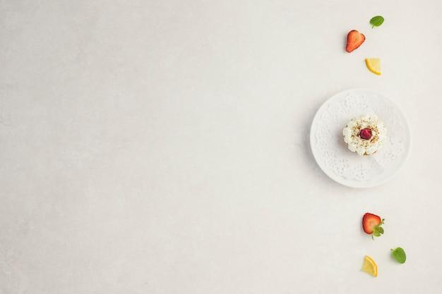 果物に囲まれたプレートのカップケーキ