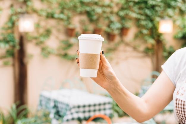手に持つコーヒーを取る