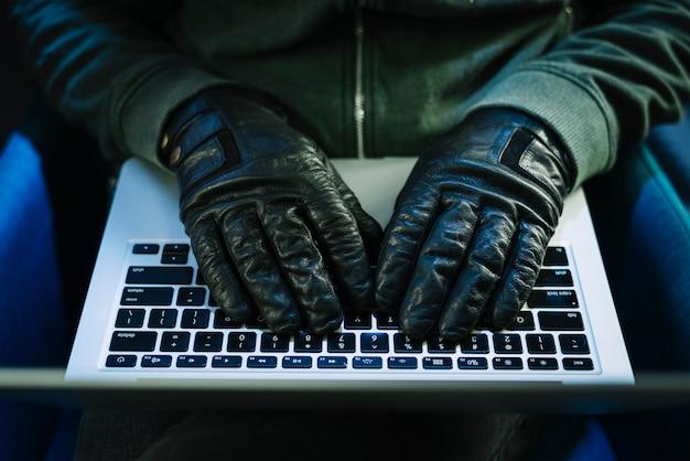 ハッカーとノートパソコン