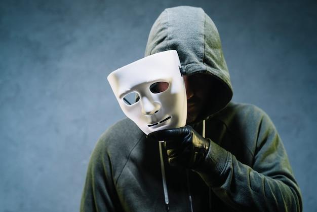 ハッカーはマスクを保持