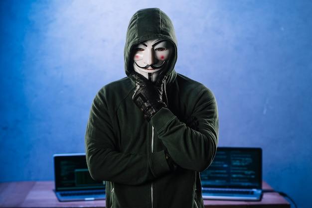 匿名のマスクを持つハッカー