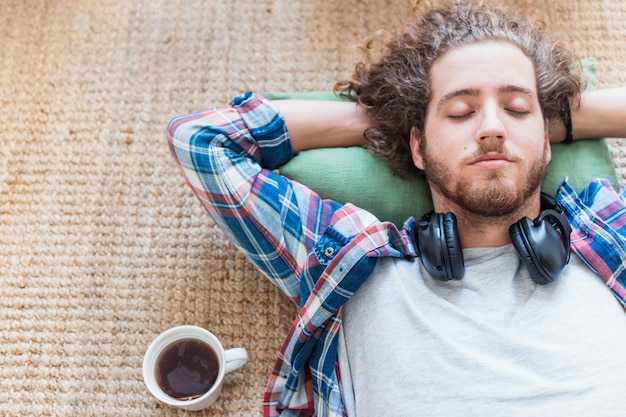 床でリラックスしている男