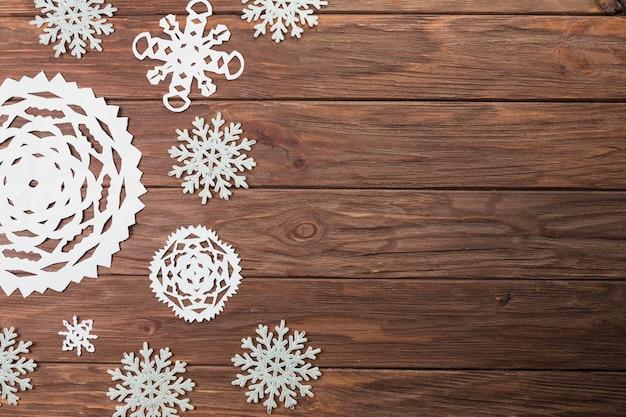 木製ボード上の別の紙の雪片
