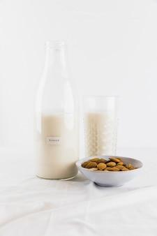 ボトルとナッツ入りミルクガラス
