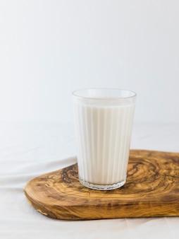 木製ボード上のミルク