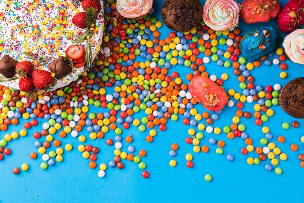 ペストリーのトップビューの誕生日ケーキ