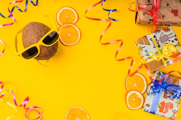 トップビュー誕生日のココナッツサングラス