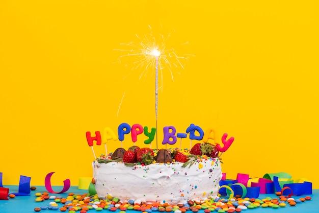 スパークラーのある正面誕生日ケーキ
