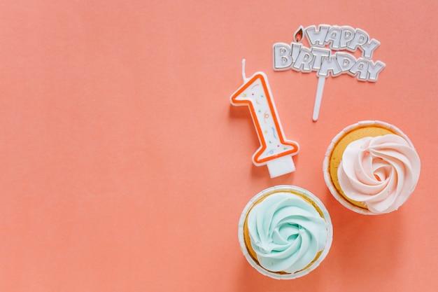 トッパー付き誕生日カップケーキ