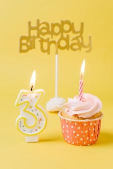 点灯キャンドルと誕生日カップケーキ