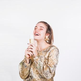 シャンパンのガラスを楽しむ幸せな女性