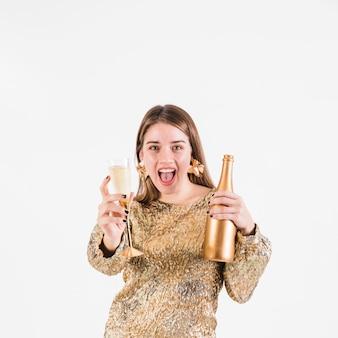 シャンパンを持っている興奮した女性