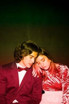 パーティーの目を閉じて座っている疲れたカップル