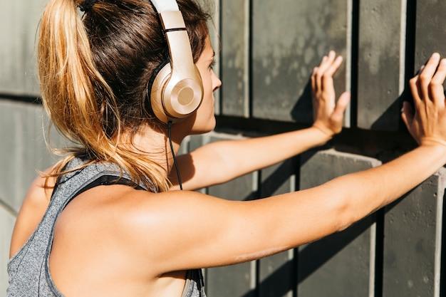 若い女性との都市スポーツのコンセプト