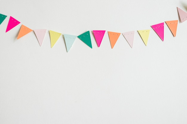 Вид сверху разноцветная бумажная гирлянда