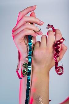 Женщина руки с разноцветными лентами