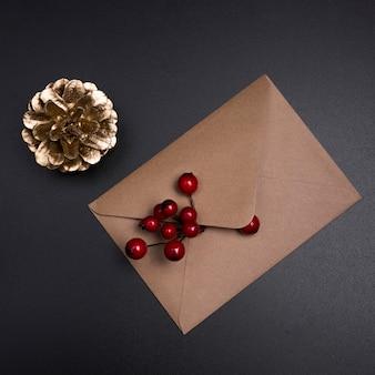 装飾山灰色の果実と茶色の封筒