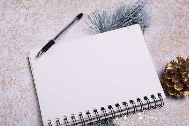 空白のノートブックページが雪の粉に乗っている