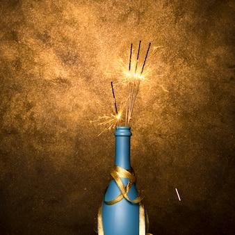 Горящие бенгальские огни в бутылке напитка