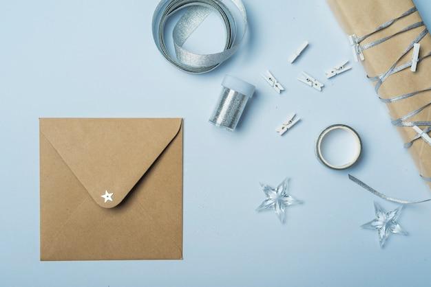 テーブルに小さな封筒とギフトボックス
