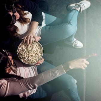 女の子、映画、ポップコーン