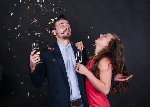 新年を祝う幸せなカップル