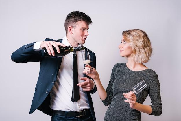 若い、女、飲み物、注ぐ、ガラス、瓶