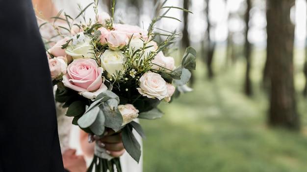 屋外での結婚式の花束