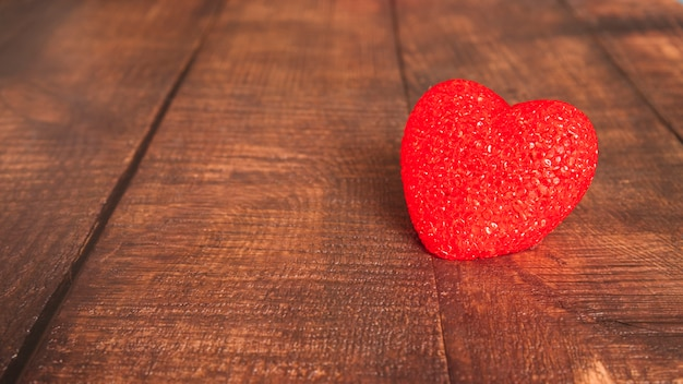 Декоративное сердце на деревянной доске