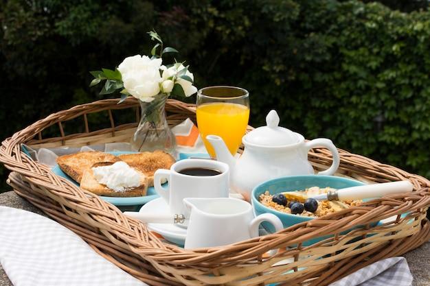 Вкусный поднос для завтрака в саду