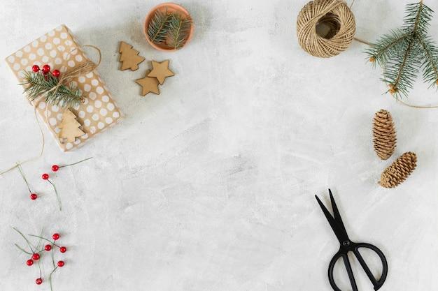 テーブル上の装飾とクリスマスのギフトボックス