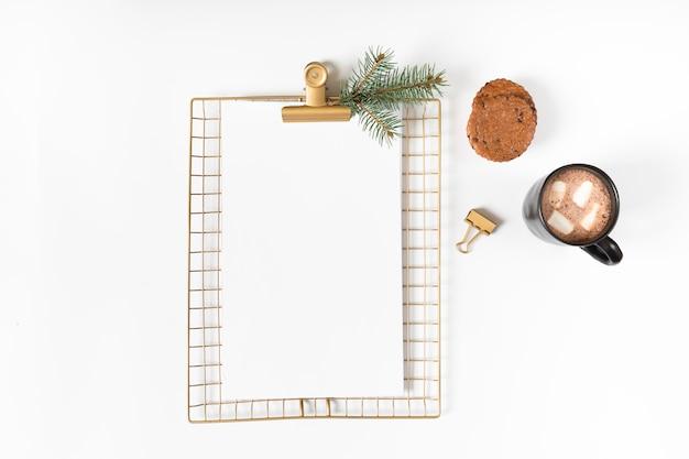 クリップボード、コーヒーカップ、テーブル
