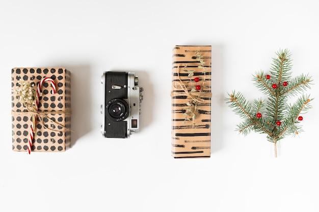 カメラとモミの木の枝を持つギフトボックス