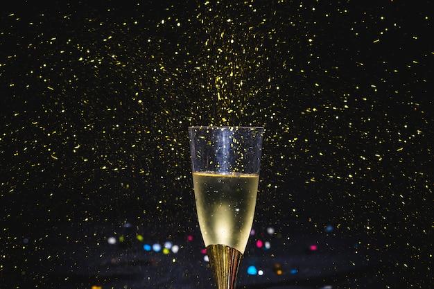 Стакан искрящегося вина на вечеринке