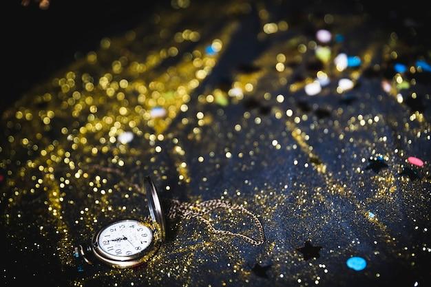 テーブル上のスパンコール付きポケット腕時計