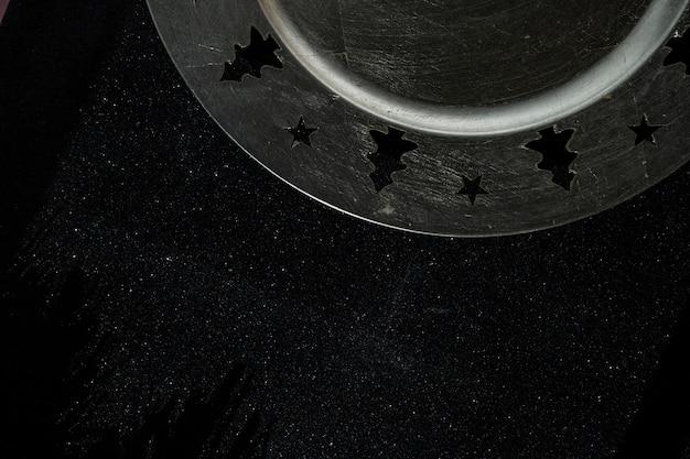 黒のテーブルにクリスマスプレート